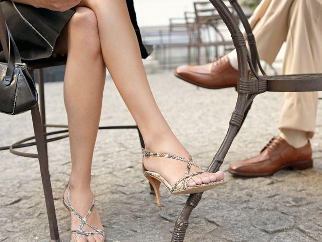 Хөлөө ачиж суух нь нурууны өөрчлөлт буюу сколиозоор өвчлөхөд хүргэдэг
