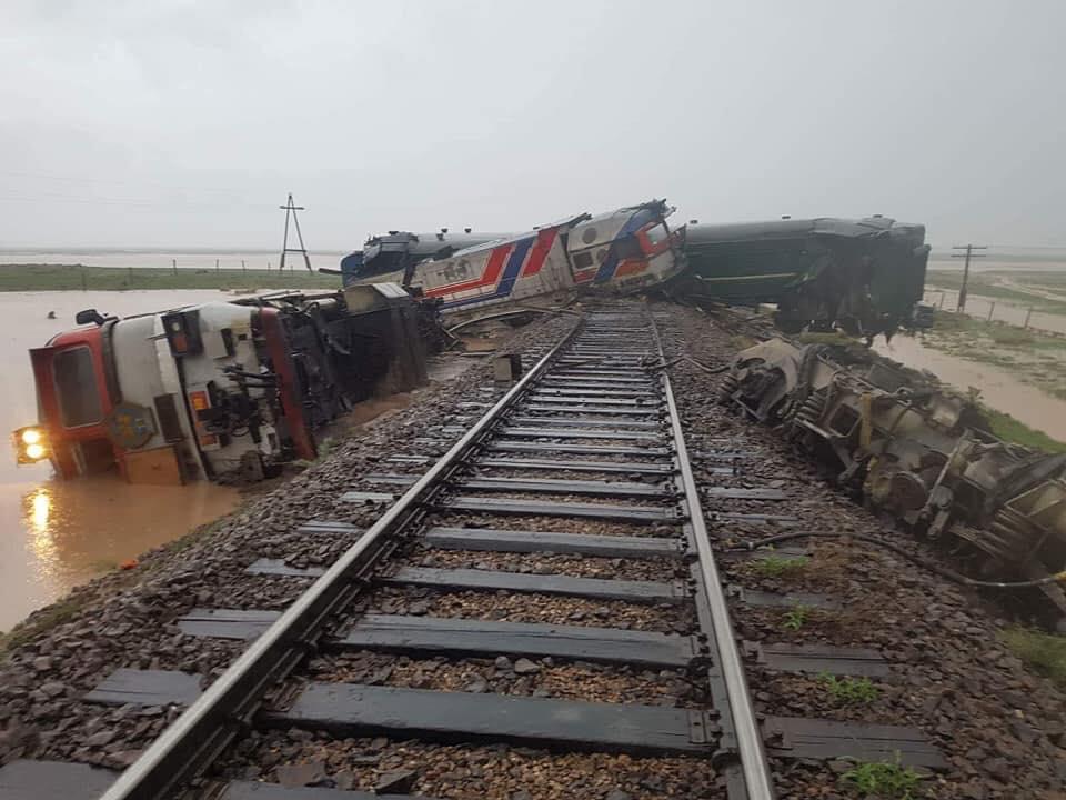 Үерийн улмаас галт тэрэг замаасаа гарч осолджээ