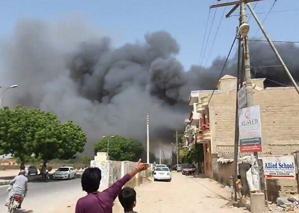 Пакистанд нисэх онгоц осолдсоны улмаас 97 хүн амиа алджээ