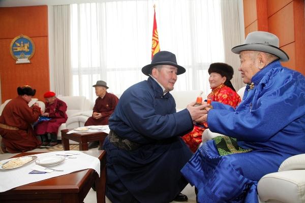Монгол Улсын Ерөнхийлөгч Х.Баттулга, УИХ-ын дарга М.Энхболд, Ерөнхий сайд У.Хүрэлсүх нар ахмадуудын амар мэндийг айлтган золгов