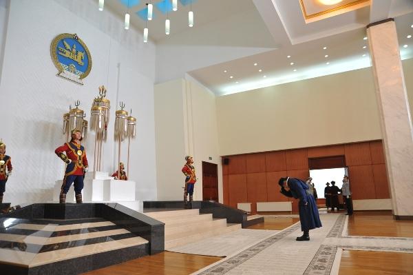 Монгол Улсын Ерөнхийлөгч Х.Баттулга Есөн хөлт цагаан туганд хүндэтгэл үзүүлж, Төрийн золголт хийв