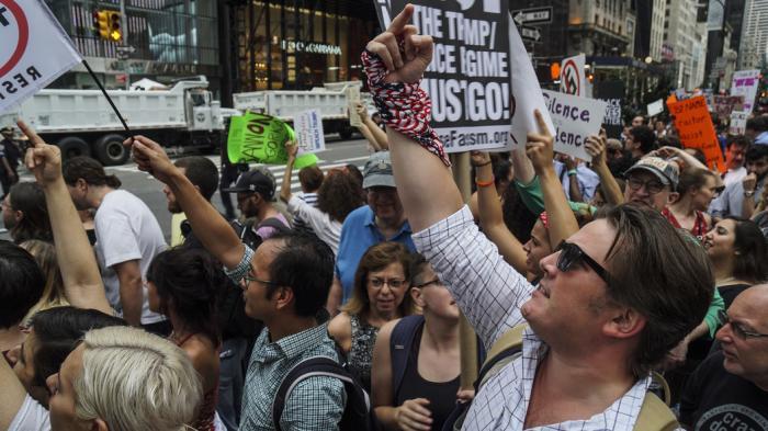 Мянга гаруй хүн Нью-Йоркийн төвд Трампын ирэхийг хүлээн жагсч байна