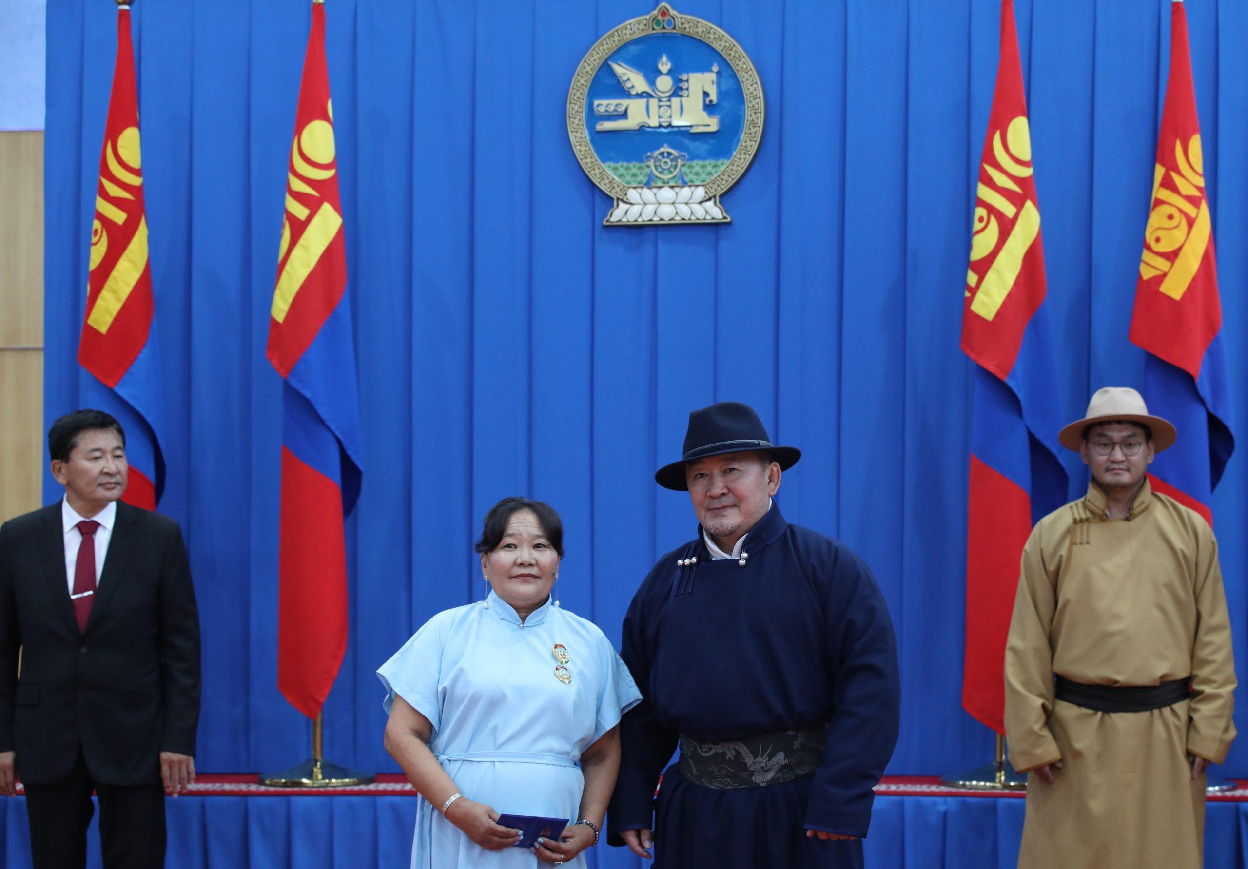 """Монгол Улсын Ерөнхийлөгч Х.Баттулга Дорноговь аймагт ажиллаж, """"Эхийн алдар"""" одон гардууллаа"""