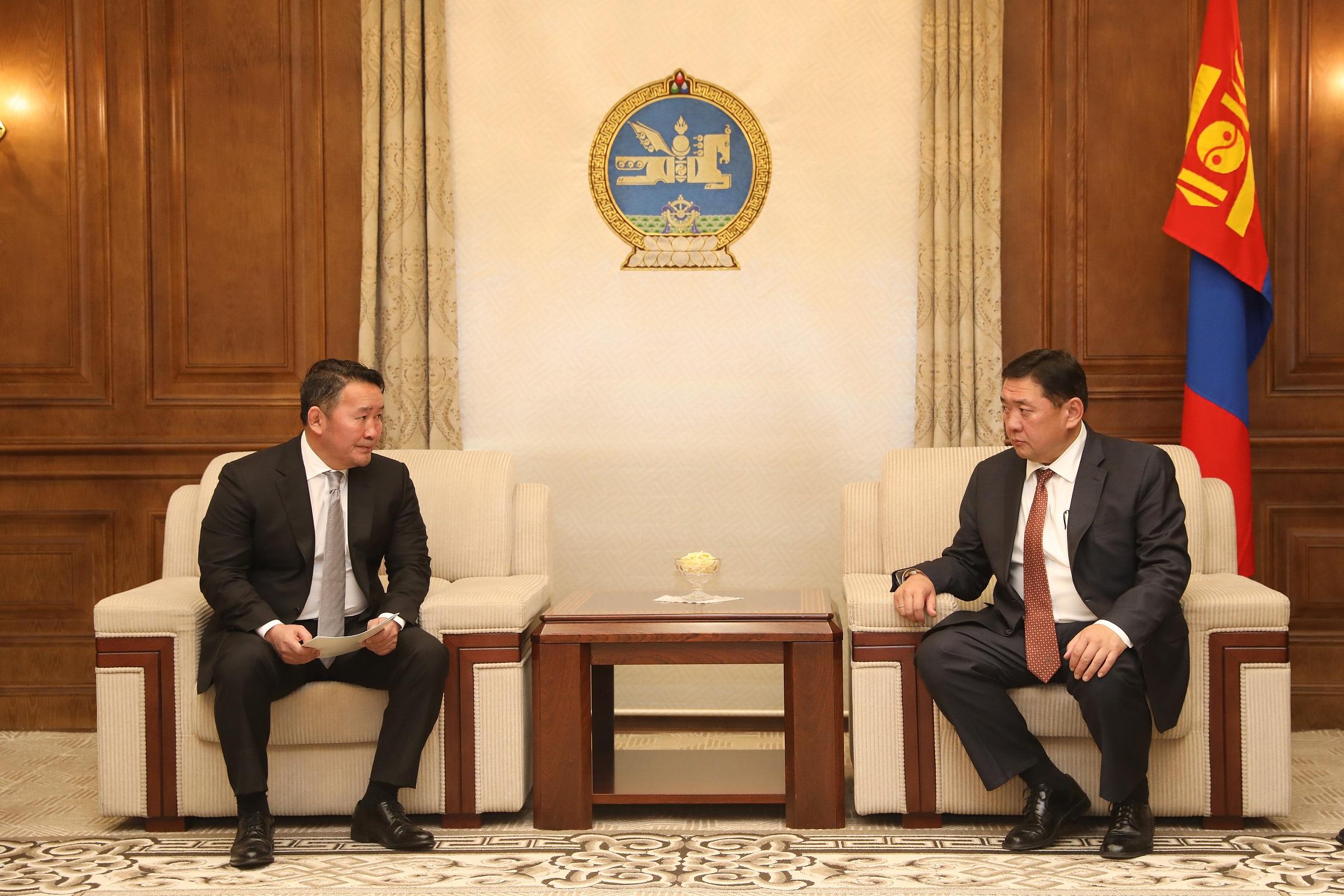 Монгол Улсын Ерөнхийлөгч Х.Баттулга Улсын Их Хурал бүрэн эрхээ хэрэгжүүлэх боломжгүй гэж үзэж өөрөө тарах шийдвэр гаргахыг Улсын Их Хуралд санал болгох тухай асуудлыг зөвшилцөхөөр хүргүүллээ