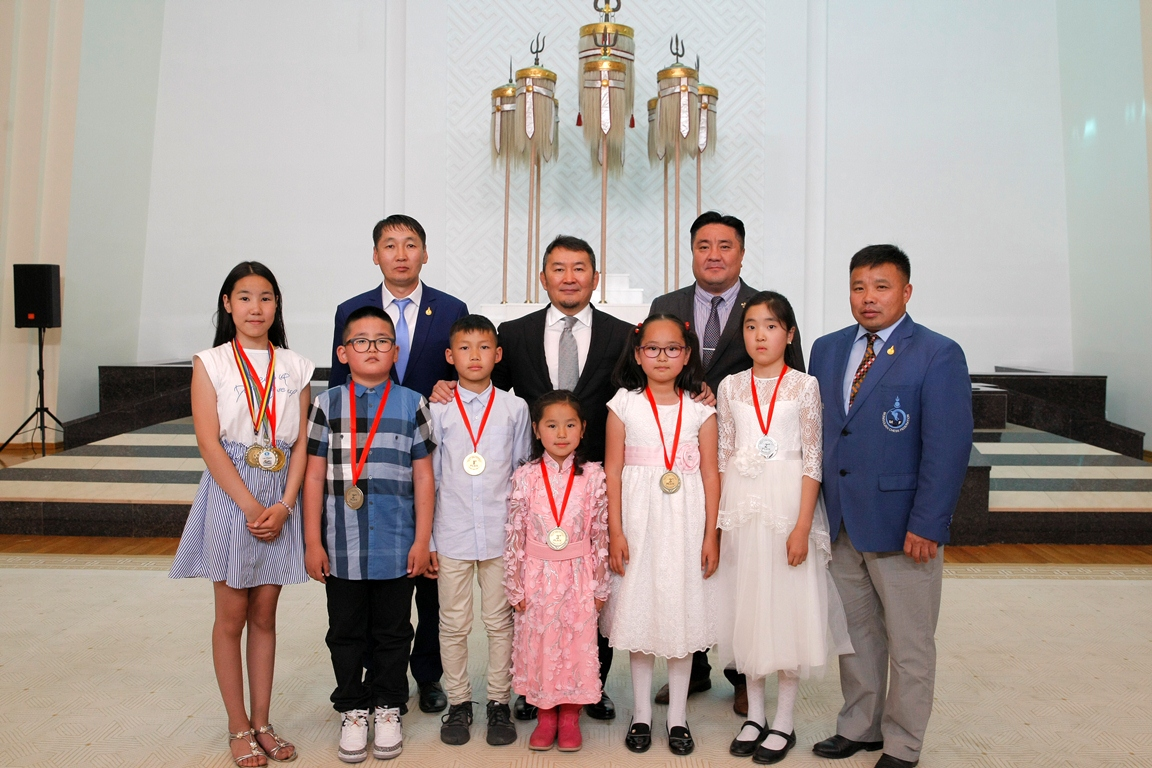 Монгол Улсын Ерөнхийлөгч Х.Баттулга шатрын спортын төрлөөр олон улсын тэмцээнээс медаль хүртсэн хүүхдүүдтэй уулзаж, баяр хүргэв