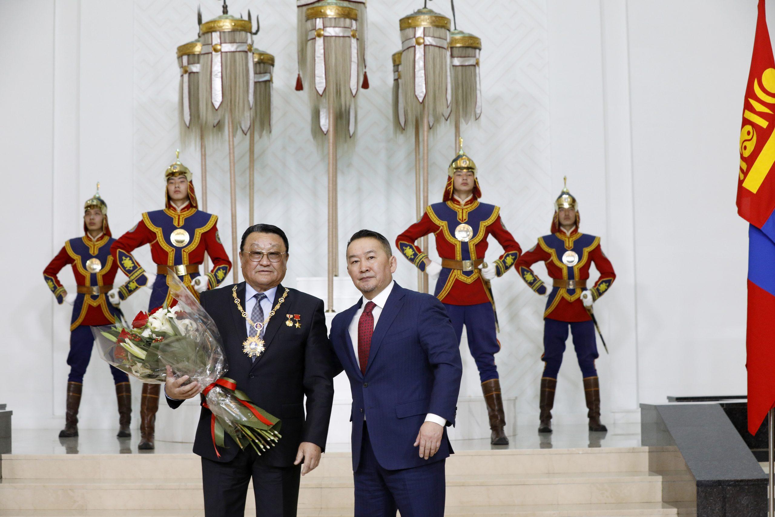 """Монгол Улсын Ерөнхийлөгч Х.Баттулга зарлиг гаргаж, Монгол Улсын төрийн дээд шагнал, тэргүүн зэргийн """"Чингис хаан"""" одонг сансрын нисгэгч Ж.Гүррагчаад хүртээлээ"""