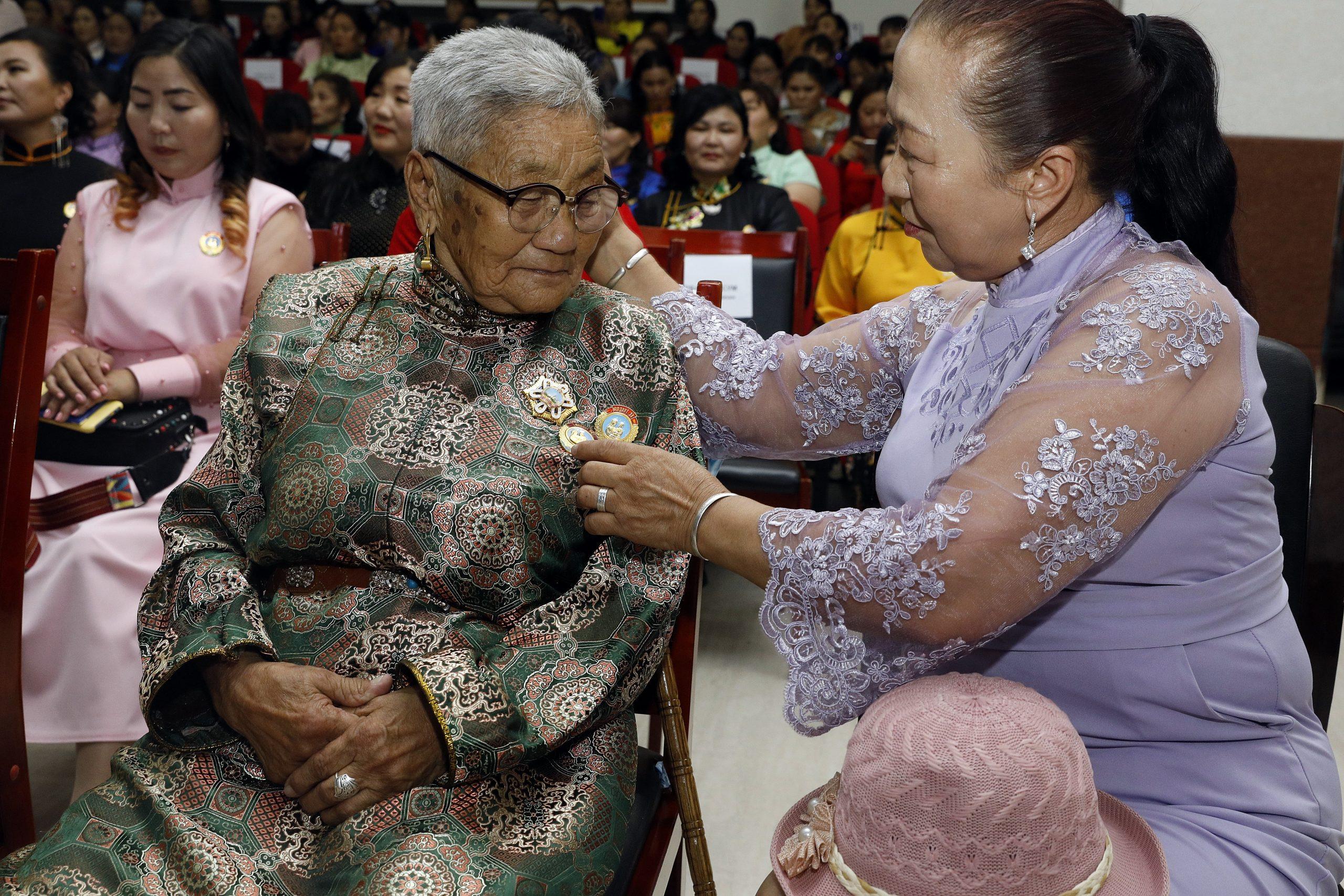 """Энэ жил Өмнөговь аймгаас 230 ээж """"Эхийн алдар"""" одон хүртлээ"""