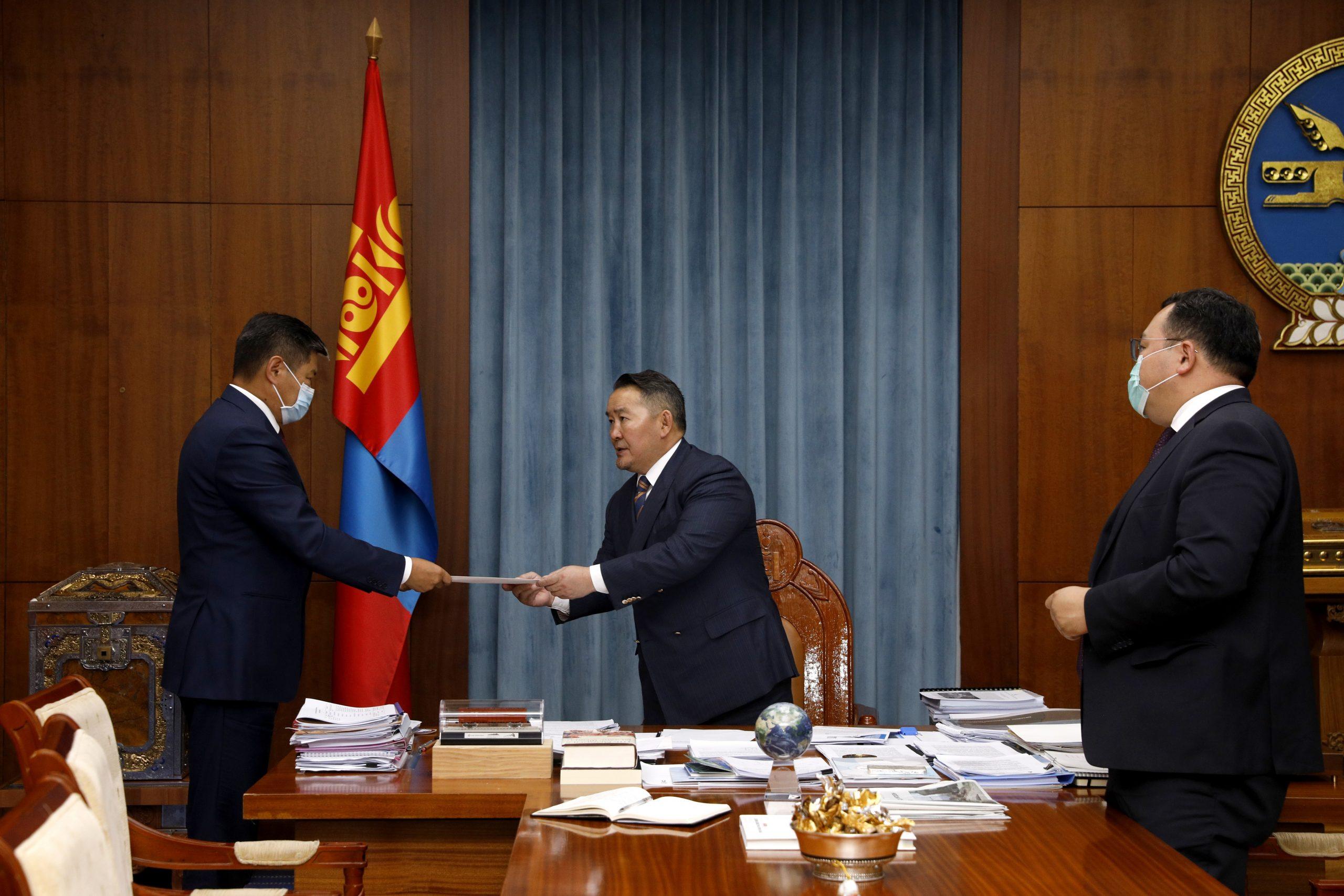 Монгол Улсын Ерөнхийлөгч Х.Баттулга БНХАУ-д суух Элчин сайдаар томилогдсон хошууч генерал Т.Бадралд Итгэмжлэх жуух бичиг гардууллаа