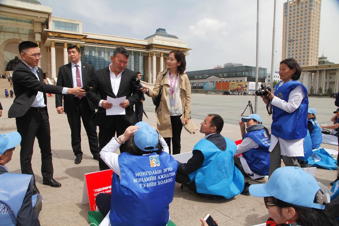Монгол Улсын Ерөнхийлөгч Х.Баттулга төв талбайд суулт хийж байгаа ажилтнуудтай уулзав