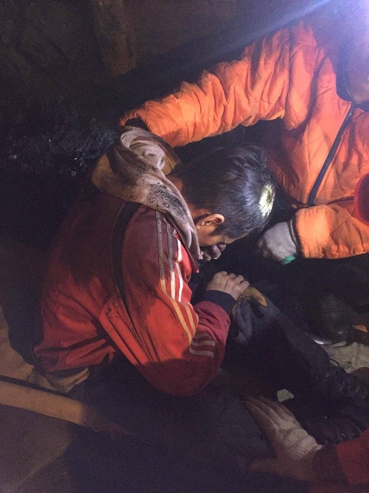 120 метрийн гүнд нурангид даруулсан дөрвөн иргэний амийг аварлаа