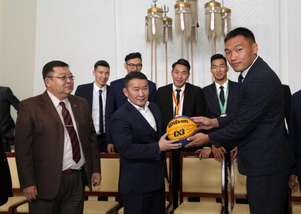 Монгол Улсын Ерөнхийлөгч Х.Баттулга сагсан бөмбөгийн спортын дасгалжуулагч, тамирчдыг хүлээн авч уулзав